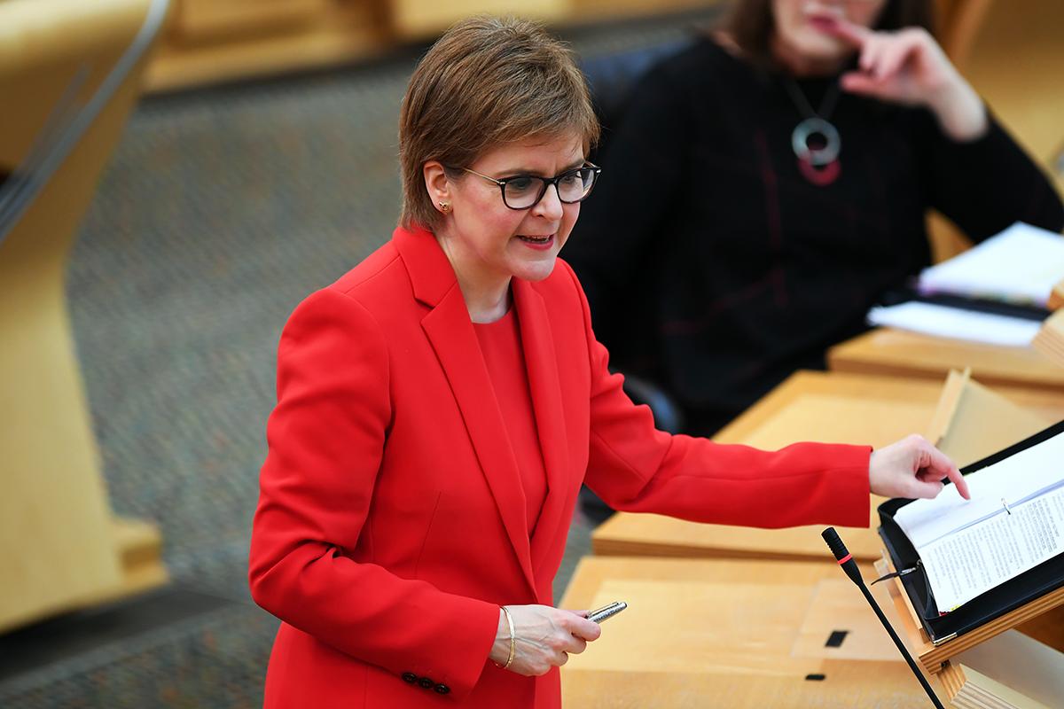 Bildet viser statsministeren i Skottland, Nicola Sturgeon, som holder en tale
