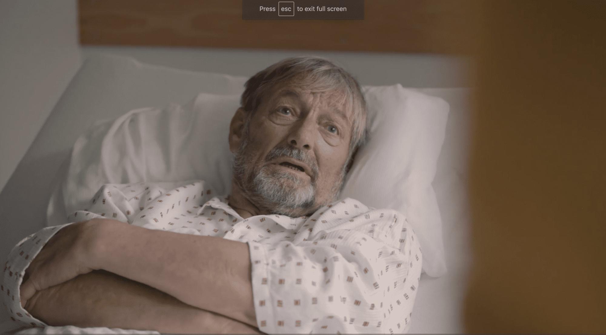 Bilde av eldre mann i sykeseng
