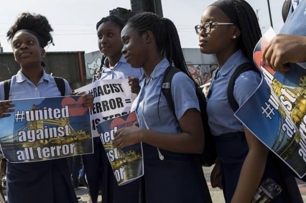 fotografi av svarte jenter som demonstrerer mot terror