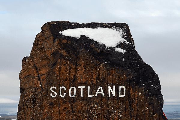 """Bilde som viser en stein med et skilt som sier """"Scotland"""" på"""
