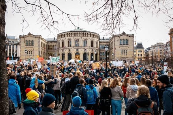 fargefotografi av en stor forsamling foran Rådhuset i Oslo