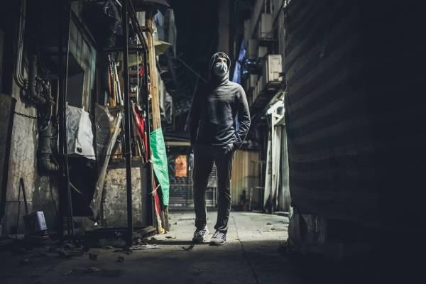 Mann i en bakgate