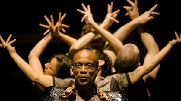 Bilde fra en danseforestilling med uttrykksfulle ansikter og hender i ulike formasjoner.