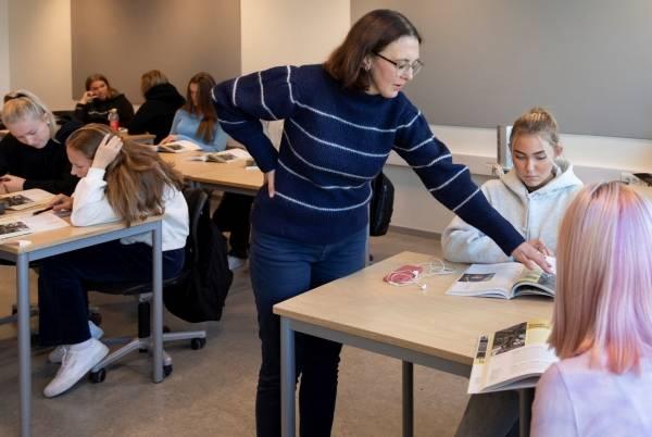 Elever ved Charlottenlund videregående skole i Trondheim mottar gode læringstips fra spansklærer Ane Christiansen. [Foto: Thor Nielsen]