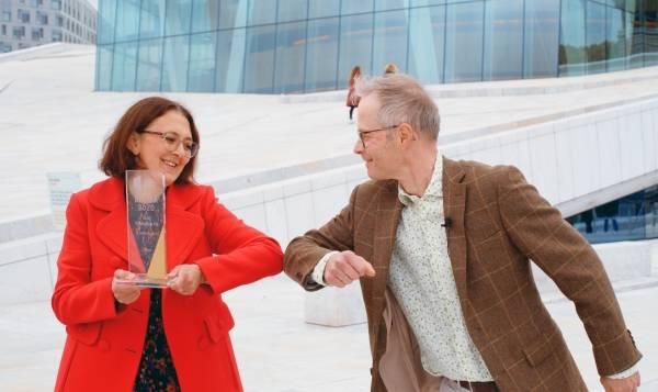 Kai Swensen overrekker BELMA-pris til Ane Christiansen på Operataket på vegne av BELMA-juryen.