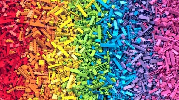 hav av legoklosser i ulike farger som en regnbue