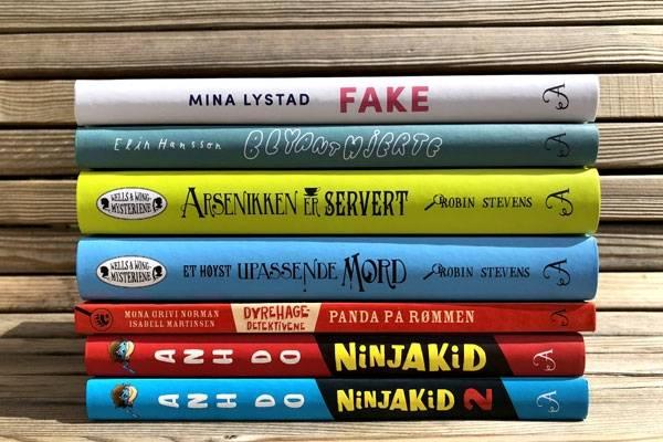 Stabel med fargerike bøker