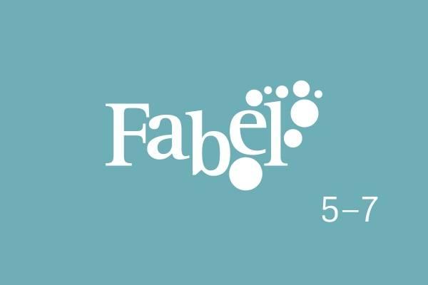 Bildet viser logoen til Fabel 5-7 mot et lyseblå bakgrunn