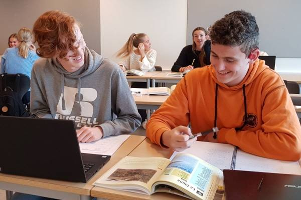 PASOS er elevenes lærebok i spansk. Her er elever ved Charlottenlund videregående skole i gang med spanskundervisning.