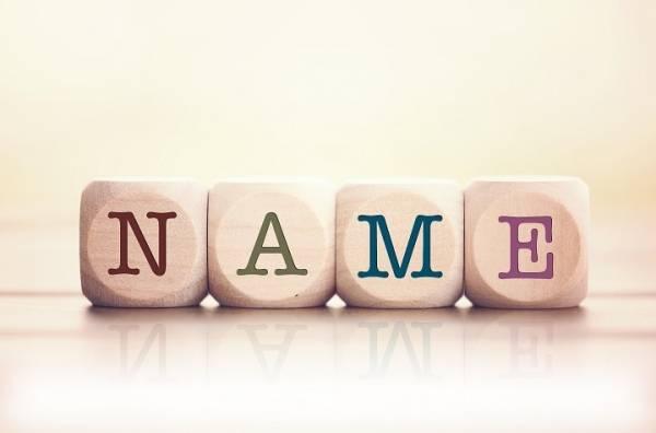 Bilde av trekuber med bokstavene som danner ordet NAME ved siden av hverandre
