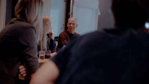Forfatterne på Fabel 1–4 i arbeid. Bjørn Arild Ersland ler av noe som blir sagt.