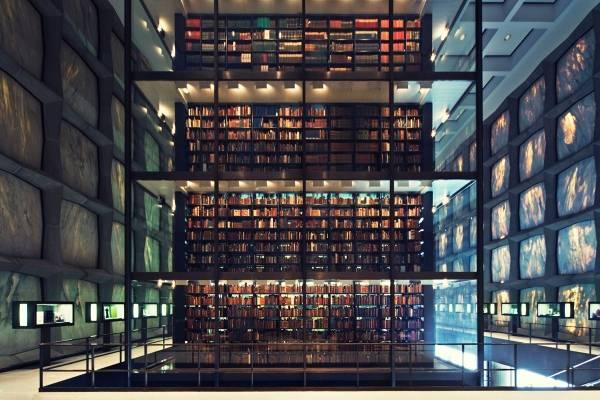 Bilde av en stor og høy hylle med bøker i sentrum av rommet