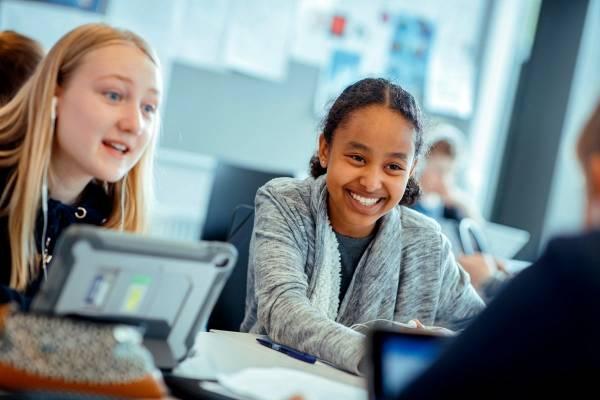 Engasjerte elever gjør gruppearbeid