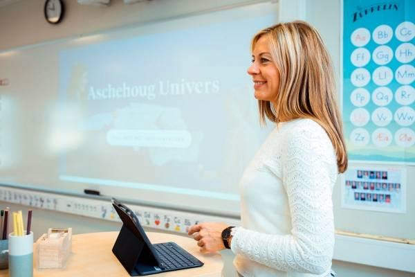 Lærer med Aschehoug Univers i bakgrunn