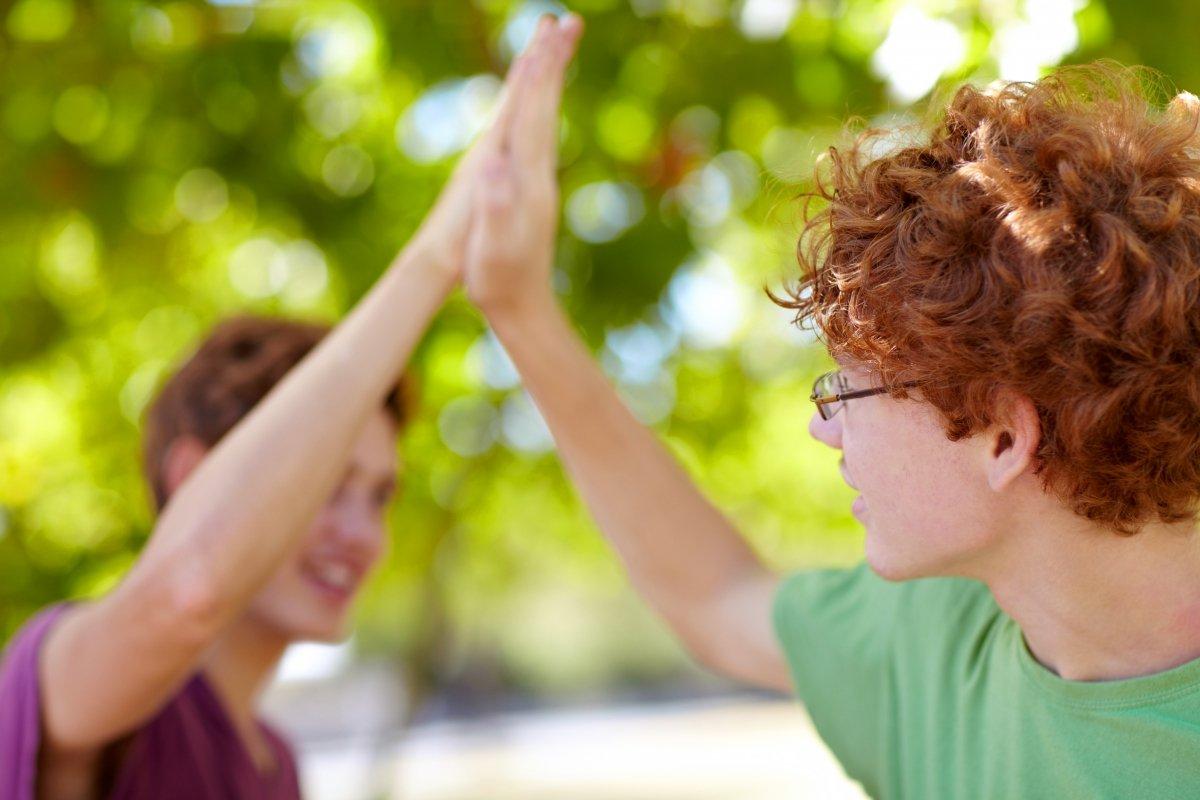 """To personer som gir hverandre en """"high five"""""""