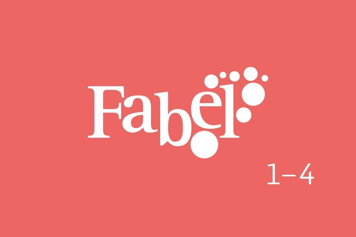 Bildet viser logoen til Fabel 1-4 mot en lyserosa bakgrunn