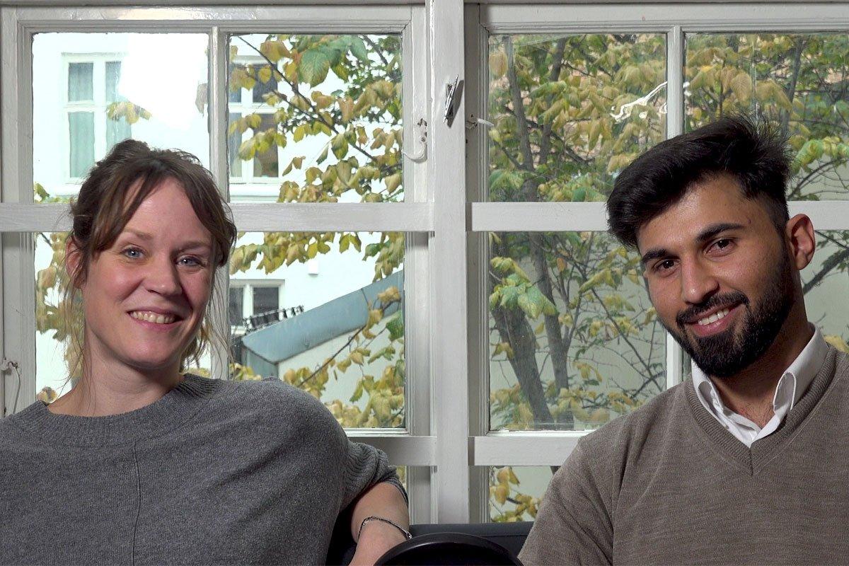 Bildet viser Ida Gulliksrud og Muqdad Akbawi som sitter ved siden av hverandre, ser i kamera og smiler.